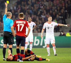 23.10.2012, Grand Stade Lille Metropole, Lille, OSC Lille vs FC Bayern Muenchen, im Bild gelbe Karte fuer Bastian SCHWEINSTEIGER (FC Bayern Muenchen - 31) von Schiedsrichter Martin ATKINSON (England) nach Foulspiel an Nolan ROUX (OSC Lille - 26) // during UEFA Championsleague Match between Lille OSC and FC Bayern Munich at the Grand Stade Lille Metropole, Lille, France on 2012/10/23. EXPA Pictures © 2012, PhotoCredit: EXPA/ Eibner/ Ben Majerus..***** ATTENTION - OUT OF GER *****