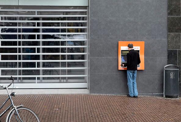 Nederland, Nijmegen, 26-8-2012Een man haalt met zijn bankpas geld uit een geldautomaat van de ING bank.Foto: Flip Franssen/Hollandse Hoogte