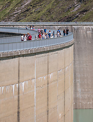 THEMENBILD - Touristen spazieren auf der Mooserboden Staumauer, aufgenommen am 15. Juni 2017, Kaprun, Österreich // Tourists walk on the Mooserboden dam on 2017/06/15, Kaprun, Austria. EXPA Pictures © 2017, PhotoCredit: EXPA/ JFK