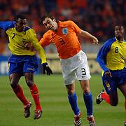 NLD/Amsterdam/20060301 - Voetbal, oefenwedstrijd Nederland - Ecuador, Christhian Benitez, Mark van Bommel, Edison Mendez