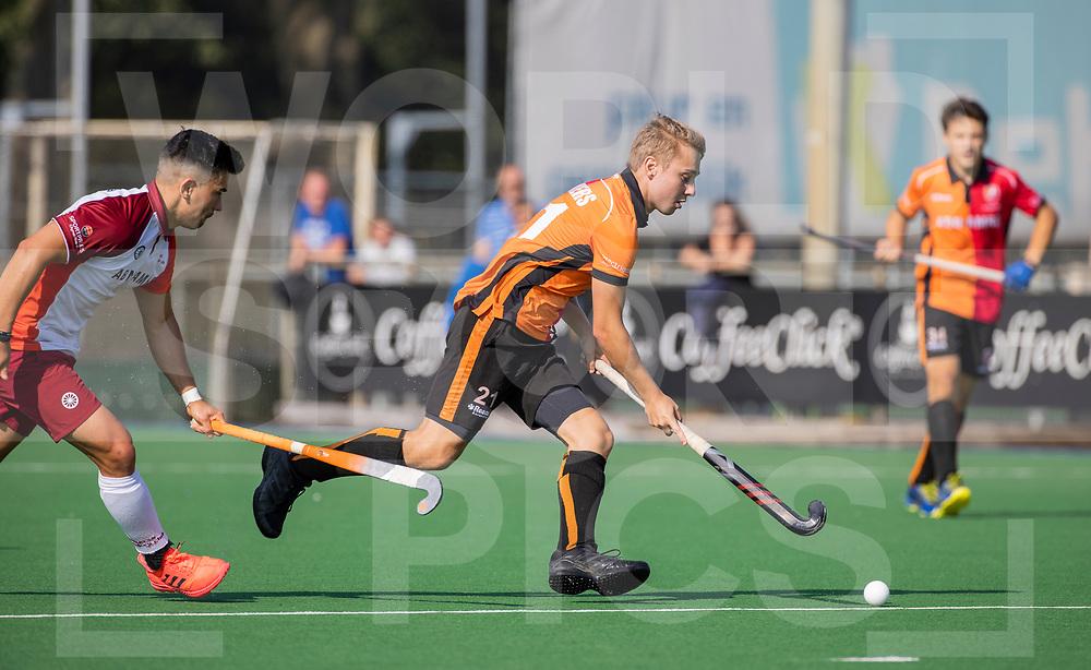 ALMERE - Max Kuijpers (Oranje Rood)  met Gabriel Ho-garcia  (Almere)    tijdens de  TULP hoofdklasse competitiewedstrijd heren,    Almeerse HC-Oranje Rood (2-4).   COPYRIGHT WORLDSPORTPICS KOEN SUYK