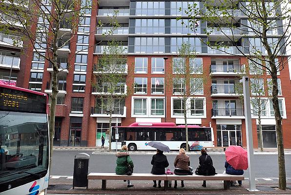 Nederland, Nijmegen, 14-10-2013Plein 44 is geheel opnieuw ingericht met parkeergarage en appartementen. In de oorlog, 1944, is het centrum van de stad verwoest door een vergissingsbombardement van de amerikanen. Dit is de meest ingrijpende modernisering in het hart van de stad sinds de bouwstijl van de wederopbouw. Hier is ook een busstation waar de bussen van Breng die op groen gas rijden stoppen. Veel appartementen en woningen moeten nog verhuurd of verkocht worden.Foto: Flip Franssen/Hollandse Hoogte