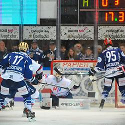 1:3 durch Iserlohns Jamison MacQueen (Nr.95) gegen Mannheims Dennis Endras (Nr.44), links Iserlohns Tim Fleischer (Nr.17)  im Spiel in der DEL, Iserlohn Roosters (dunkel) - Adler Mannheim (hell).<br /> <br /> Foto © PIX-Sportfotos *** Foto ist honorarpflichtig! *** Auf Anfrage in hoeherer Qualitaet/Aufloesung. Belegexemplar erbeten. Veroeffentlichung ausschliesslich fuer journalistisch-publizistische Zwecke. For editorial use only.