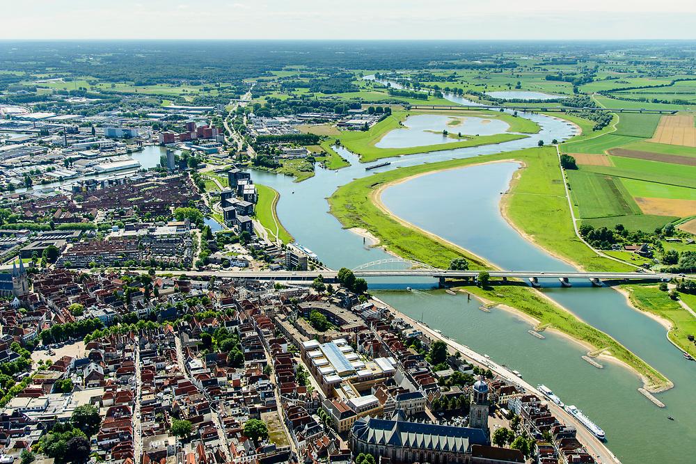 Nederland, Overijssel, Deventer, 17-07-2017; overzicht binnenstad Deventer met o.a. IJsselkade, Welle, rechts de neiuw aangelegde nevengeul.<br /> Overview downtown Deventer, Deventer city centre.<br /> <br /> luchtfoto (toeslag op standard tarieven);<br /> aerial photo (additional fee required);<br /> copyright foto/photo Siebe Swart