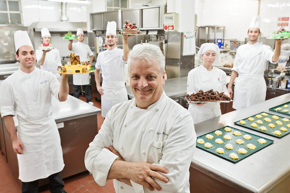 11 JUN 2011 - Brescia - Pasticceria Veneto - Iginio Massari, chef pasticcere, con lo staff