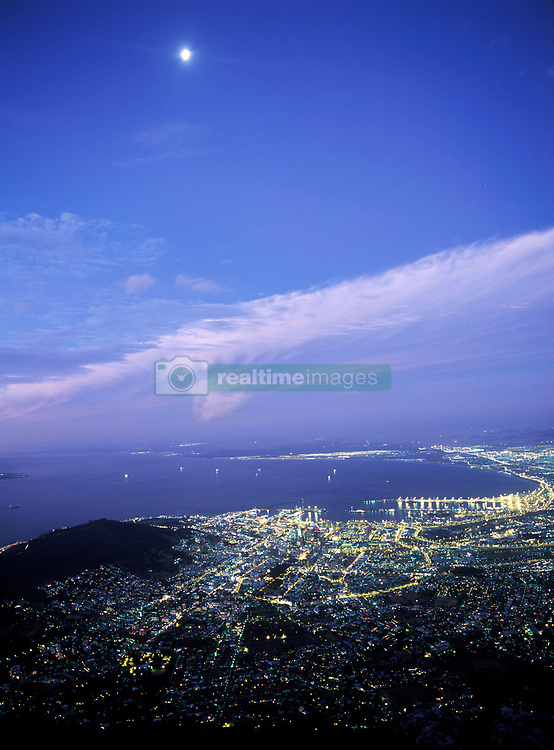 View of Cape Town at dusk as seen from the top of Table Mountain, South Africa (Credit Image: © Axiom/ZUMApress.com)