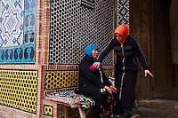 Ouzbekistan, region de Fergana, Kokand, mausolée de Dakhma I Shokhon, femme guerisseuse // Uzbekistan, Fergana region, Kokand, Dakhma I Shokhon mausoleum, healer woman