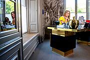Koningin Maxima en Prinses Amalia, Prinses Alexia hebben contact met Nederlanders in werkkamer tijdens Koningsdag thuis op Paleis Huis ten Bosch<br /> <br /> Queen Maxima with  Princess Amalia, Princess  in contact with the Dutch in their study during King's Day at home at Paleis Huis ten Bosch