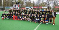 BILTHOVEN - Als eerbetoon aan de Victoria aanvoerder Daphne Voormolen (r) , die vorige week werd geopereerd,  doen de dames de warming up in een speciaal ontworpen shirt,  met de tekst ,   voor de hoofdklasse hockeywedstrijd SCHC-Victoria . COPYRIGHT KOEN SUYK