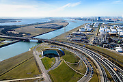 Nederland, Zuid-Holland, Rotterdam, 18-02-2015. Suurhoffbrug over het Hartelkanaal. Hoofdkantoor van BP in de oksel van de weg, rechts de Europoort raffinaderij van BP.<br /> Hartel canal in Europoort, Suurhoff  bridge, main office BP and refinery.<br /> luchtfoto (toeslag op standard tarieven);<br /> aerial photo (additional fee required);<br /> copyright foto/photo Siebe Swart