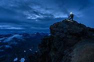 Fotograf auf der Diavolezza in der Dämmerung; Pontresina, Graubünden, Schweiz <br /> <br />  Photographer on the Diavolezza at dusk; Pontresina, Graubünden, Switzerland
