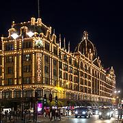 I grandi magazzini del lusso Harrods nel ricco quertiere di Knightsbridge<br /> <br /> The luxury department store Harrods in the rich district Knightsbridge