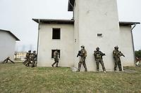 """03 APR 2012, LEHNIN/GERMANY:<br /> Kampfschwimmer der Bundeswehr trainieren """"an Land"""" infanteristische Kampf, hier Haeuserkampf- und Geiselbefreiungsszenarien auf einem Truppenuebungsplatz<br /> IMAGE: 20120403-01-105<br /> KEYWORDS: Marine, Bundesmarine, Soldat, Soldaten, Armee, Streitkraefte, Spezialkraefte, Spezialkräfte, Kommandoeinsatz, Übung, Uebung, Training, Spezialisierten Einsatzkraeften Marine, Waffentaucher"""