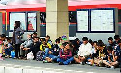 05.09.2015, Westbahnhof, Wien, AUT, Flüchtlinge auf den Weg durch die Staaten der EU, im Bild Flüchtlinge warten auf einen Zug nach Salzburg // Immigrants from the Middle Eastern countries and Africa arrived at the Railway station in Vienna, Austria on 2015/09/05. EXPA Pictures © 2015, PhotoCredit: EXPA/ Sebastian Pucher