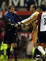 Fotball<br /> Premier League 2004/05<br /> Manchester United v Middlesbrough<br /> 3. oktober 2004<br /> Foto: Digitalsport<br /> NORWAY ONLY<br /> Roy Carroll shakes hands with the man rumoured to replace him next season, Mark Schwarzer