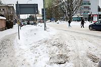 Bialystok, 09.02.2021. Nieskuteczna walka ze sniegiem w Bialymstoku. Firmy, ktore wygraly przetarg na odsniezanie miasta w tym roku, nie wywiazuja sie ze swoich obowiazkow. Glowne ulice stolicy Podlasia od kilku dni pokrywa gruba warstwa lodu i sniegu. Miasto juz po raz drugi nalozylo kary na nierzetelne firmy. N/z zaspy przy ulicy Sklodowskiej w centrum miasta fot Michal Kosc / AGENCJA WSCHOD