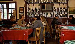 Com 22 anos de história, aTaverna Monte Polino traduz toda a cultura italiana em seu ambiente rústico, com garrafas penduradas no salão, cebolas e dentes de alhos. Na gastronomia, conta com pratos à la carte, como lasanhas, filé à parmegiana, talharim ao quatro queijos ou ao molho de ragú, ravioli, sopa de capeletti e nhoque. FOTO: Lucas Uebel/Preview.com
