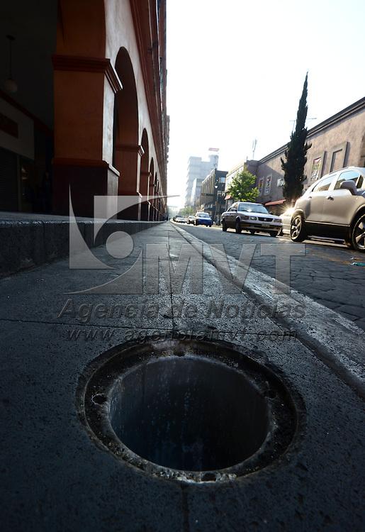 Toluca, México (Abril 20, 2016).- En los Portales de Toluca de la avenida Hidalgo se puede observar que ya no se encuentra ninguna lámpara de piso, solo el orificio en donde deberían de estar.  Agencia MVT / Crisanta Espinosa