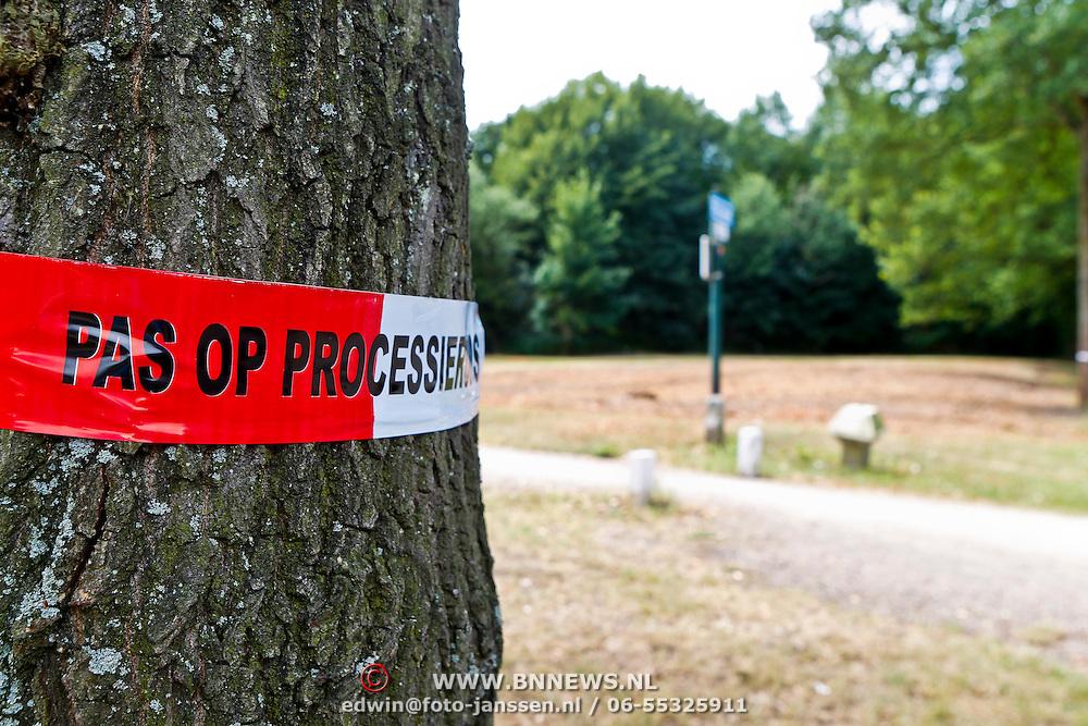 NLD/Huizen/20100708 - Straat afgezet ivm het vinden van de processierups in de bomen