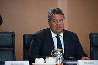 DEU, Deutschland, Germany, Berlin, 08.10.2014: <br /> Bundeswirtschaftsminister Sigmar Gabriel (SPD) vor Beginn der 33. Kabinettsitzung im Bundeskanzleramt.
