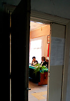 20.06.2010 Wiejki podlaskie  Na Podlasiu w wiejskich obwodach glosowania komisje wyborcze pracowaly w roznych warunkach . Czesto w nieczynnych od dawna szkolach , dawnych PGR i SKR , domach prywatnych czy placowkach sluzby zdrowia .  W wiekszych miejscowosciach znajdowaly sie najczesciej w duzych gminnych szkolach  n / z  lokal wyborczy w zdewastowanym budynku dawnej szkoly   fot Michal Kosc / AGENCJA WSCHOD