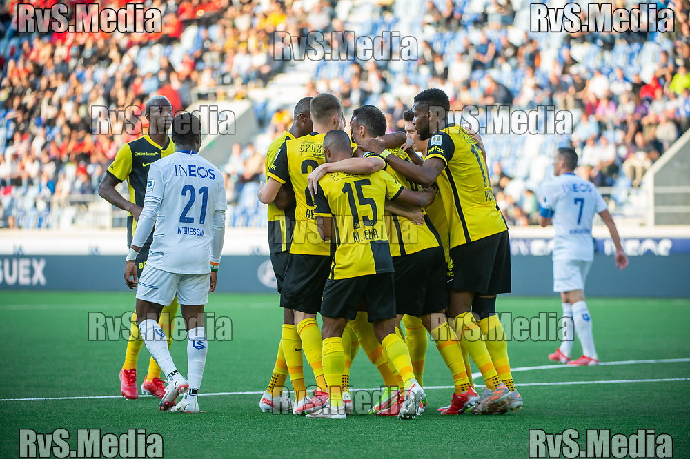 LAUSANNE, SWITZERLAND - SEPTEMBER 22: Ulisses Garcia #21 of BSC Young Boys celebrates his goal with teammates of BSC Young Boys during the Swiss Super League match between FC Lausanne-Sport and BSC Young Boys at Stade de la Tuiliere on September 22, 2021 in Lausanne, Switzerland. (Photo by Monika Majer/RvS.Media)