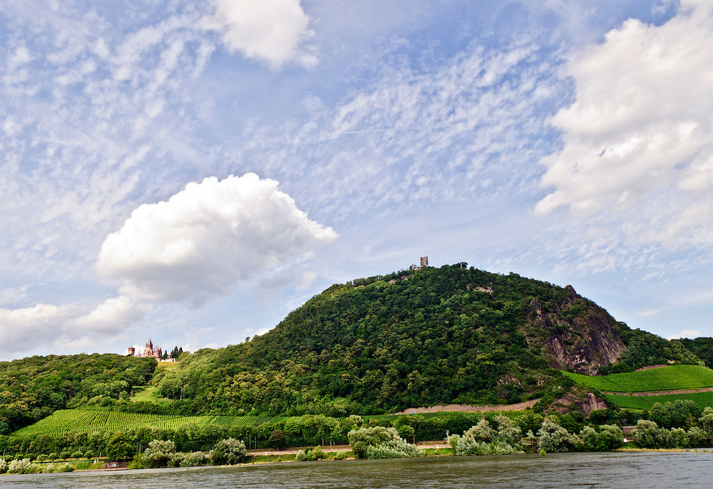 Deutschland,Nordrhein-Westfalen Schloss Drachenburg und die Burgruine auf dem Drachenfels bei Königswinter am Rhein. Sommertag mit grüner Bewaldung und Weinhängen