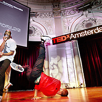 Nederland, Amsterdam , 27 september 2012..EDxAmsterdam organiseert de 4e Nederlandse TED-editie, bekend van de jaarlijkse inspiratie-conferentie in de Verenigde Staten. Het ideeënplatform brengt mensen met ideeën samen met een breed publiek en zet deze om in Ideas Worth Doing. Tijdens TED(x) geven innovatieve denkers korte presentaties van maximaal 18 minuten. Het begon met sprekers uit drie sectoren: Design, Entertainment en Technology (vandaar de naam TED), maar groeide uit tot een veel breder platform met wereldwijde vertakkingen..Op de foto:Looney Tunes met hun een ludieke dansact tussen de lezingen door..Foto:Jean-Pierre Jans