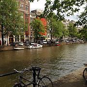 NLD/Amsterdam/20050716 - Amsterdamse Keizersgracht, gracht, water, kanaal, fiets, hek, boot