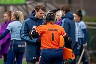 LAREN -  Hockey Hoofdklasse Dames: Laren v Pinoké, seizoen 2020-2021. Foto: Trainer Frank Balvers (Laren) met Karlijn Adank (Laren, keeper)
