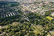 Nederland, Amsterdam, Oost, 17-06-2008; Nieuwe Oosterbegraafplaats (de Nieuwe Ooster) in de Watergraafsmeer, de begraafplaats is Rijksmonument; rechts en diagonaal naar boven de Middenweg, diagonaal van links naar rechts de Kruislaan; de Midden rouw, graf, verlies, begraven, dood, doden, sterven, uitvaart..luchtfoto (toeslag); aerial photo (additional fee required); .foto Siebe Swart / photo Siebe Swart