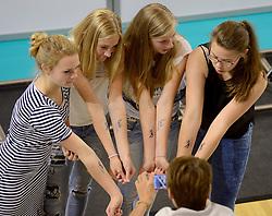 20150613 NED: World League Nederland - Finland, Almere<br /> De Nederlandse volleyballers hebben hun vierde zege in vijf World League-duels geboekt. Zes dagen na de pijnlijke 0-3 tegen België, werd in Almere Finland met 3-0 (25-20, 25-14, 25-18) verslagen / Supporters zetten hun JOIN volleybal tattoo op hun armen
