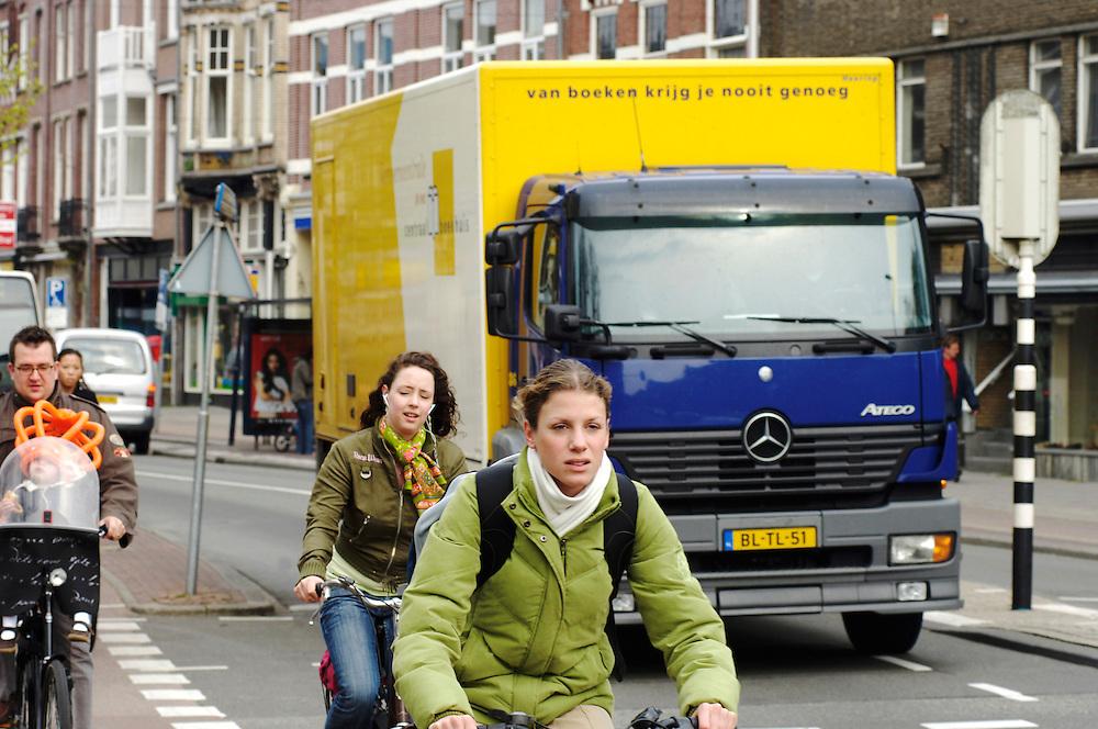 Nederland, Utrecht, 1 mei  2006..Vrachtverkeer in de binnenstad. .Vrachtwagen, verkeer, roet, uitstoot, mobiliteit..Foto (c) Michiel Wijnbergh.