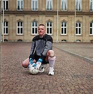 Homeless World Cup, Stuttgart. Martin Pfeiffer, 37, Torwart, Drogenhilfe Odyssee Kiel....Martin, 37, zwölf Jahre lang Heroinabhängig, jetzt clean, im freiwilligen Nachsorgeprogramm der Drogenhilfe Odyssee Kiel. Von der A-Jugend bis zur U 21 bei Concordia Hamburg Torwart in der Leistungsklasse...,,.Ich freue mich diebisch, dass ich mit nach Kopenhagen darf. Ich will da auch erfolgreich sein, denn ich bin schon etwas ehrgeizig. Aber das ist ja nicht schlimm. Wir spielen vor vielen Leuten und treten als Botschafter auf, da liegt also schon eine große Verantwortung auf uns Spielern. Ich werde damit bestimmt zurecht kommen. Auf dem Platz kann ich mich vollkommen auf das Spiel konzentrieren. Es macht mich nicht nervös, wenn viele Zuschauer anwesend sind. Früher bei Concordia Hamburg habe ich auch schon vor ein paar Hundert Zuschauern gespielt