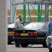 NLD/Almere/20061014 - Cor Bakker stofzuigt zijn auto in Almere