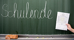 """THEMENBILD - Schulferien, am 04.07.2015 beginnen im Burgenland, Wien und Niederösterreich die Sommerferien. Die restlichen Bundesländer folgen am 11.07.2015. Im Bild hält ein Schüler sein Zeugnis vor den Schriftzug """"Schulende"""" auf einer Schultafel. EXPA Pictures © 2015, PhotoCredit: EXPA/ Jakob Gruber"""