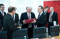 05 JAN 2009, BERLIN/GERMANY:<br /> Olaf Scholz (L), SPD, Bundesarbeitsminister, Frank-Walter Steinmeier (M), SPD, Bundesaussenminister, und Franz Muentefering (R), SPD Parteivorsitzender, Uebergabe eines Geschenks zu Steinmeiers Geburtstag, vor Beginn der Sitzung der SPD -Koordinierungsrunde-Bund-Laender-Komunen, Willy-Brandt-Haus<br /> IMAGE: 20090105-01-008<br /> KEYWORDS: Franz Müntefering
