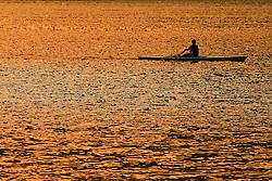 Remadores ao pôr do sol na Lagoa Rodrigo de Freitas - Rio de Janeiro - Brasil. FOTO: Jefferson Bernardes/Preview.com