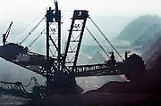 Duitsland, Grevenbroich, 1-2-2009 De bruinkoolcentrales van Frimmersdorf en Grevenbroich worden gestookt met bruinkool die in de open bruinkoolmijn Garzweiler wordt gewonnen. De mijn en centrales zijn eigendom van energiemaatschappij RWE. De graafmachine is gebouwd door staalbedrijf Krupp en elektronicabedrijf Siemens.Foto: Flip Franssen/Hollandse Hoogte