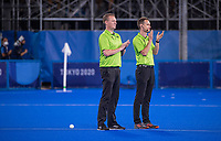 TOKIO -  Scheidsrechters Marcin Grochal en Coen van Bunge,  tijdens de hockey finale mannen, Australie-Belgie (1-1), België wint shoot outs en is Olympisch Kampioen,  in het Oi HockeyStadion,   tijdens de Olympische Spelen van Tokio 2020. COPYRIGHT KOEN SUYK