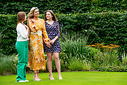 Zomerfotosessie 2021 bij Paleis Huis ten Bosch in Den Haag<br /> <br /> Summer photo session 2021 at Palace Huis ten Bosch in The Hague<br /> <br /> Op de foto / On the photo:  Koningin Maxima met prinses Ariane en prinses Alexia <br /> <br /> King William Alexander and Queen Maxima with their daughters Princess Amalia, Princess Ariane and Princess Alexia