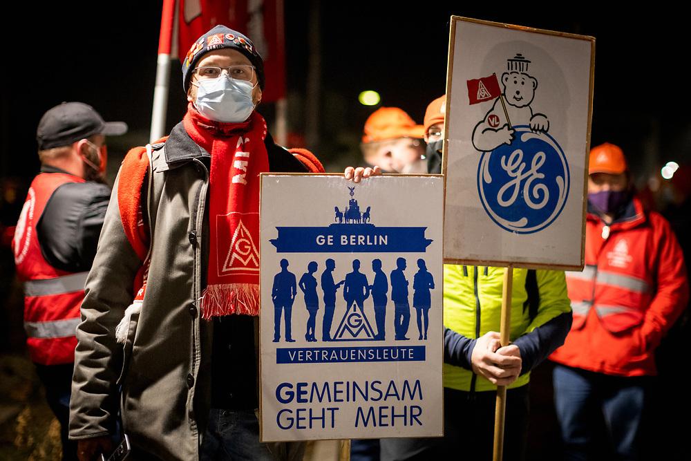 Tarifrunde in der Metall- und Elektroindustrie 2021. Um Mitternacht treten Arbeiter von Daimler in Berlin-Marienefelde in einen zweistündigen Warnstreik und versammeln sich zu einer Kundgebung vor dem Werk. Die Gewerkschaft fordert in der Tarifrunde vier Prozent mehr Gehalt, Beschäftigungssicherung und Zukunftstarifverträge. Berlin, Deutschland, 02.03.2021.<br /> <br /> [© Christian Mang - Veroeffentlichung nur gg. Honorar (zzgl. MwSt.), Urhebervermerk und Beleg. Nur für redaktionelle Nutzung - Publication only with licence fee payment, copyright notice and voucher copy. For editorial use only - No model release. No property release. Kontakt: mail@christianmang.com.]