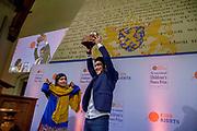Uitreiking in de Ridderzaal van de Kindervredesprijs 2017 . De Internationale Kindervredesprijs wordt jaarlijks uitgereikt aan een kind dat zich op bijzondere wijze heeft ingezet voor kinderrechten en de situatie van kwetsbare kinderen. De prijs is een initiatief van de van oorsprong Nederlandse stichting KidsRights.<br /> <br /> Award ceremony in the Ridderzaal of the Children's Peace Prize 2017. The International Children's Peace Prize is awarded annually to a child who has made a special effort to promote children's rights and the situation of vulnerable children. The prize is an initiative of the originally Dutch foundation KidsRights.<br /> <br /> Op de foto / On the photo:  Kindervredesprijs 2017 voor de 16-jarige Mohamad Al Jounde uit Syrie uit handen van Malala Yousafzai . /// Children's peace prize 2017 for the 16-year-old Mohamad Al Jounde from Syria, het gets the price from Malala Yousafzai