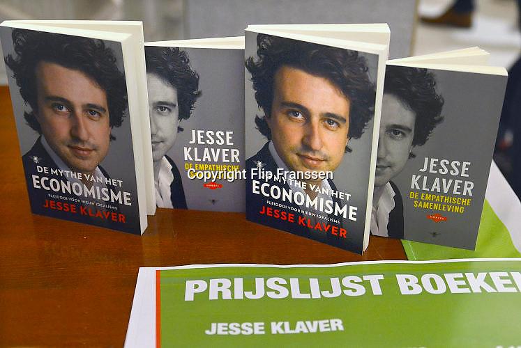 Nederland, Nijmegen, 13-1-2017 Jesse Klaver, lijsttrekker van Groen Links,spreekt voor een volle Vereeniging. In de hal worden zijn boeken verkocht.Foto: Flip Franssen