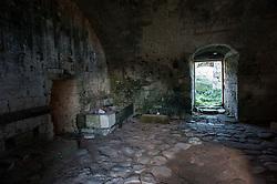 Zona di campagna arida con vecchie costruzioni localizzata sulla litoranea Otranto-Leuca