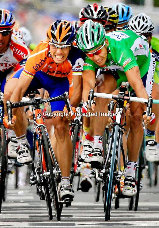 Dax, Frankrike, 20060611:  Tour de France. Vinner Oscar Freire t.v. i hard kamp med Robbie McEwen de siste meterne før mål...Foto: Daniel Sannum Lauten/ Dagbladet *** Local Caption *** Freire,Oscar..McEwen,Robbie