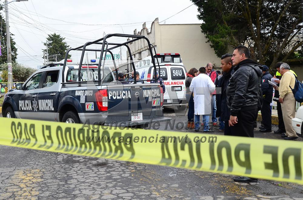 Zinacantepec, México (Noviembre 16, 2016).- Un elemento de la Policia Municipal de Zinacantepec murió, luego de recibir un impacto de proyectil de arma de fuego de manera accidental de su compañero en turno, elementos del Servicio Médico Forense acordonó la zona mientras realizaban las pesquisas correspondientes. Agencia MVT / Arturo Hernández.