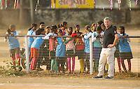 KHUNTI (Jharkhand) -  Finaledag Interschool Hockey League 2016. ONE MILLION HOCKEY LEGS  is een project , geïnitieerd door de Nederlandse- en Indiase overheid, met het doel om trainers en coaches op te leiden en  500.000 kinderen in India te laten hockeyen.  Ex international Floris Jan Bovelander (foto)  is een van de oprichters en het gezicht van OMHL.  COPYRIGHT KOEN SUYK