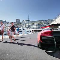 Monaco, 6 augustus 2009. .De haven van Monaco, gelegen in het stadsdeel Condamine, is gekend door de vele superjachten en cruiseschepen die er aangemeerd liggen, het een al luxueuzer dan het andere. De Grand Prix van Monaco begint en eindigt hier ieder jaar..Het staatje Monaco grenst aan Frankrijk en de Middellandse Zee. Monaco heeft een oppervlakte van nog geen 2 km en heeft ongeveer 32. 000 inwoners. Daarmee is Monaco het dichtstbevolkte land ter wereld. Monaco telt twee steden: Monte-Carlo en Monaco-ville, de oude stad..Foto:Jean-Pierre Jans..Monaco, 6th august 2009. The Port of Monaco in the Condamine District, with many very luxurious super yachts, cruise ships and cars. Men watching a very expensive car.