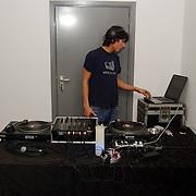 Opening uitgeverij Pimento, Dj draait achter draaitafel, met computer bij de hand, diskjockey, platen, cd,
